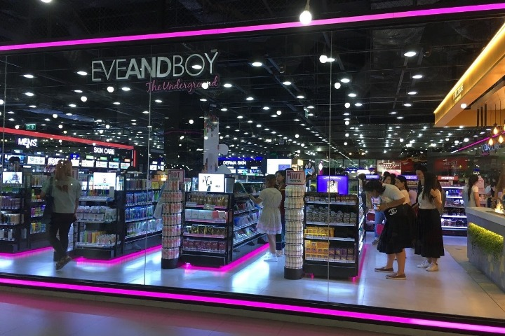 thailand-eve-and-boy-shopping-mall